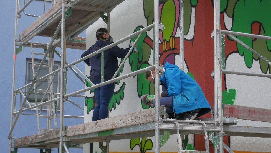 GRAFFITI-AKTION: JUGENDLICHE GESTALTEN TRAFOSTATION IM WEIDENBACH